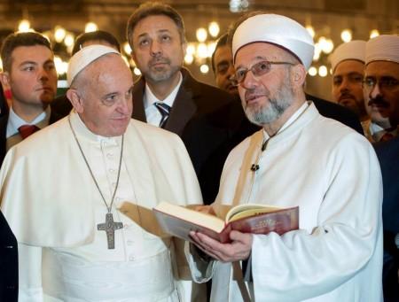Rahmi Yara mostra a Papa Francesco il Corano  a Istanbul