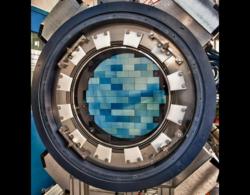La fotocamera da 570 megapixel del Dark Energy Survey, montata su un telescopio in Cile, riprenderà per cinque anni 300 milioni di galassie per capire quale fosse la velocità di espansione cosmica all'epoca in cui l'energia oscura cominciò ad accelerarla. Immagine Reidar Hahn, Fermilab