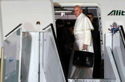 Papa Francesco con la sua valigetta