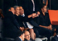 Barack Obama e David Cameron con Helle Thorning Schmidt al Mandela Memorial