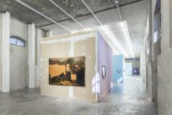 """Un'immagine degli interni della mostra """"L'image volée"""" alla Fondazione Prada"""